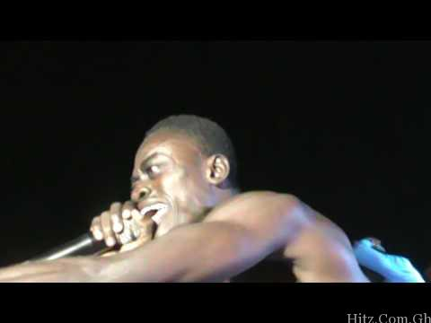 Video: Nkansah Liwin Throws Money to Fans while Performing on Stage